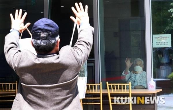 ▲지난 5월 서울 강남구 한 요양병원에서 보호자와 환자가 유리창을 사이에 두고 인사하고 있다. 곽경근 대기자
