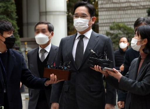 이재용 삼성전자 부회장이 9일 서울 서초구 서울고법에 출석하며 취재진의 질문을 받고 있다. 연합뉴스