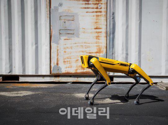 보스턴 다이내믹스가 개발한 개 모양 보행로봇 '스팟' (사진=보스턴 다이내믹스 홈페이지)