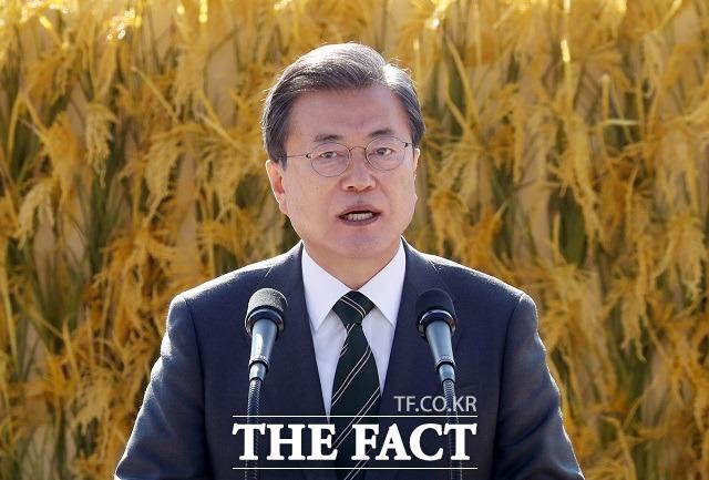 문재인 대통령이 11일 청와대 대정원에서 열린 제25회 농업인의 날 기념식에 참석해 기념사를 하고 있다. /뉴시스