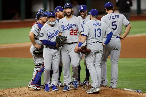 LA 다저스 클레이튼 커쇼(22번)가 지난달 26일 열린 월드시리즈 5차전 6회 초 강판되고 있다. Gettyimages