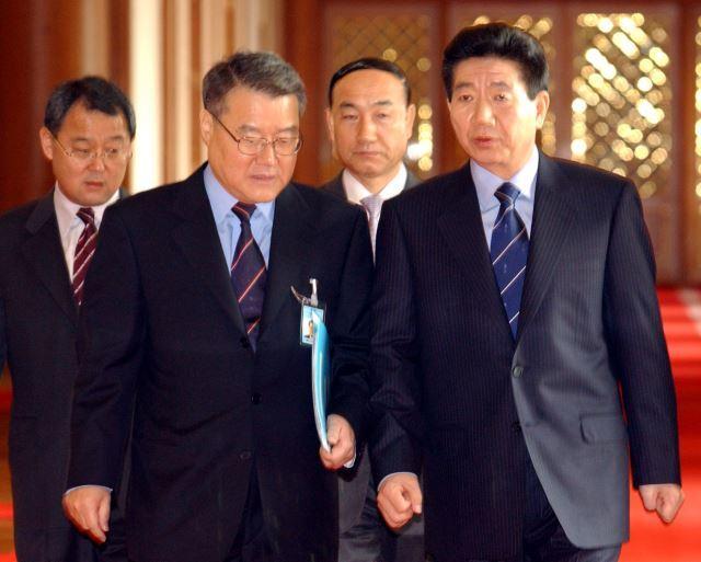 2003년 3월 21일 노무현 대통령이 청와대에서 열린 임시 국무회의에 입장하며 라종일(왼쪽에서 두 번째) 국가안보보좌관으로부터 이라크 전쟁과 관련한 보고를 받고 있다. 국민일보DB