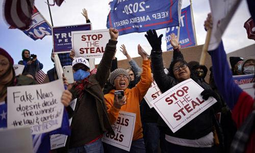 도널드 트럼프 미국 대통령이 대선 패배를 인정하지 않는 가운데 8일(현지시간) 네바다주 노스라스베이거스의 클라크 카운티 선거사무소에 마련된 개표장 밖에서 트럼프 대통령 지지자들이 시위를 벌이고 있다.노스라스베이거스 AP=연합뉴스