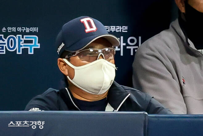 김태형 두산 감독이 10일 서울 고척스카이돔에서 열린 KT와의 플레이오프 2차전에서 경기 상황을 주시하고 있다.  고척 | 이석우 기자