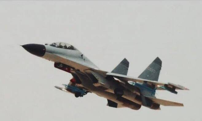 신형 대레이더 미사일 장착 가능성이 제기된 중국 공군의 J-11BS 전투기 [트위터 사진 캡처. 재판매 및 DB 금지]