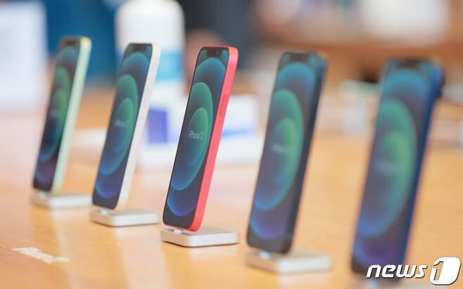애플의 첫 5G 스마트폰 아이폰12 시리즈가 한국에 공식 출시한 30일 오전 서울 강남구 '애플스토어 가로수길'에서 제품이 전시돼 있다. 2020.10.30/뉴스1 © News1 김진환 기자
