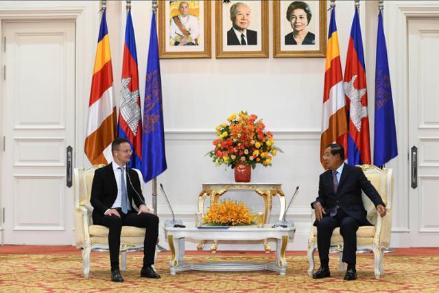 시야르토 페테르(왼쪽) 헝가리 외무장관이 3일 캄보디아 수도 프놈펜에서 훈센 총리와 대화를 하고 있다. 프놈펜=AP 연합뉴스