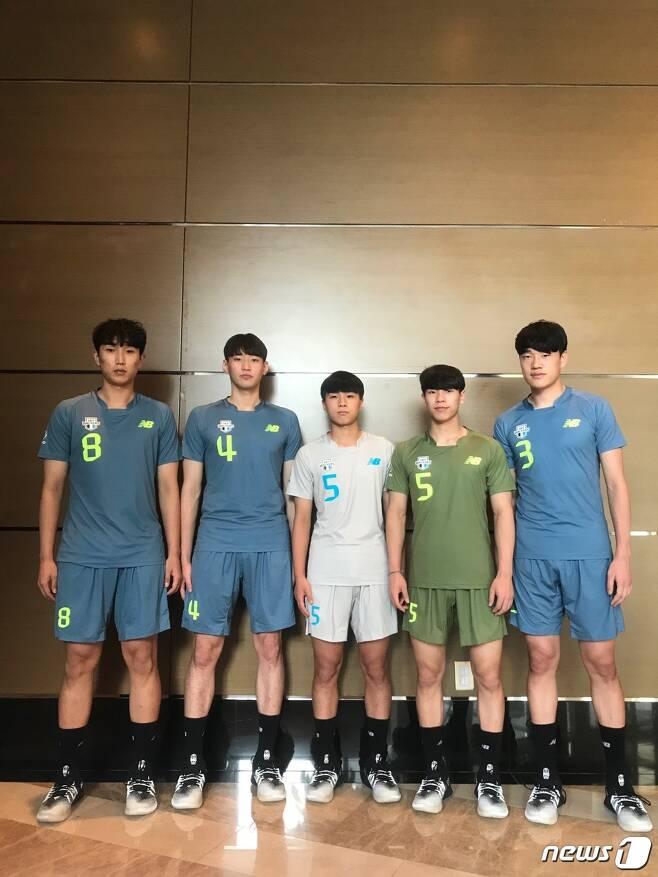 2020-21시즌을 앞두고 현대캐피탈에 합류한 루키 5인방. 왼쪽부터 박건휘, 김선호, 이준승, 박경민, 노경민의 모습. (현대캐피탈 배구단 제공) © 뉴스1