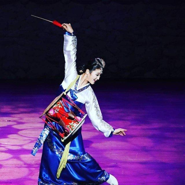 자신이 창작한 장고춤을 무대에서 추고 있는 최신아 씨. 최신아 단장 제공