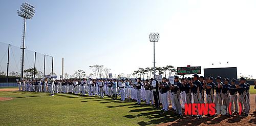 【서울=뉴시스】고범준 기자 = 두산베어스가 11일 두산그룹 내 계열사 야구동호회가 참가하는 '2014 두산베어스 구단주배 야구대회'를 이천 베어스파크에서 진행하고 있다. 이번 대회는 두산그룹내 야구동호회 20팀이 참가, 지난 7월 준공된 이천 베어스파크에서 10월 25일까지 매주 토,일 총 5일간 풀토너먼트 방식으로 진행된다. 두산베어스 구단주배 야구대회는 올해 첫 대회를 시작으로 매년 열릴 예정이다. 2014.10.11. (사진=두산베어스 제공) photo@newsis.com