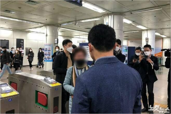 13일 오전 한 60대 여성이 '마스크 미착용 시 과태료 부과'를 알리고 있는 서울시 관계자에게 항의하고 있다.(사진=이은지 기자)