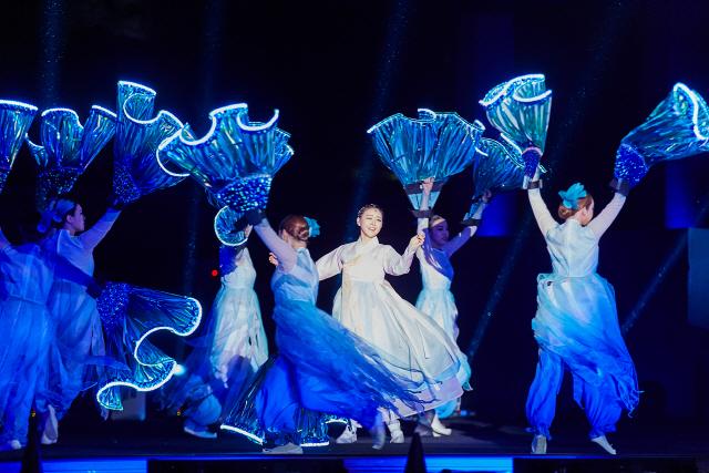 경복궁 경회루를 배경으로 수상미디어 공연으로 펼쳐진 '경회루 판타지-궁중연화'의 한 장면. /사진제공=문화재청