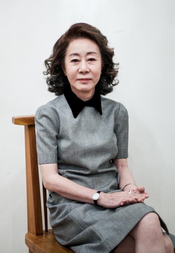 윤여정, 美고섬어워드 최우수女연기상 후보..오스카 청신호