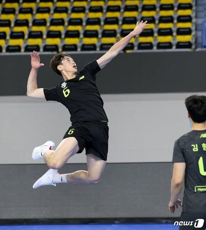 2020-21시즌 남자 신인 전체 1순위로 현대캐피탈 유니폼을 입은 김선호. (현대캐피탈 배구단 제공) © 뉴스1