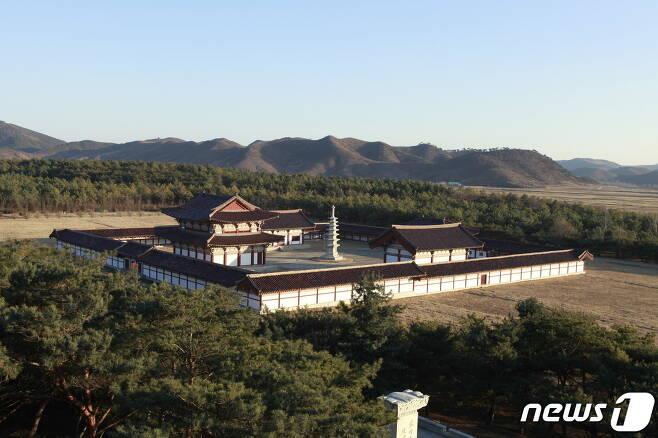 1974년 북한이 복원한 정릉사 전경. 정릉사는 고구려시기에 처음 지어졌고, 동명왕의 명복을 빌기 위하여 지은 절로 추정된다. 정면에 보광전이 있고 그 좌우에 용화전과 극락전이 세워져 있으며, 중앙에 8각7층탑이 복원돼 있다. (미디어한국학 제공) 2020.11.14.© 뉴스1