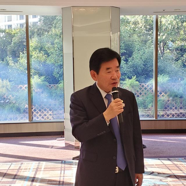 김진표 한일의원연맹 회장이 14일 도쿄 시내의 한 호텔에서 열린 한국 언론 도쿄특파원단과의 조찬 간담회에서 발언하고 있다./연합뉴스
