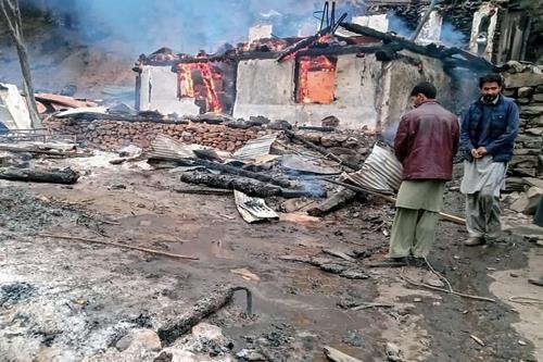인도군과의 교전으로 불탄 파키스탄령 카슈미르의 한 마을 [AFP=연합뉴스]