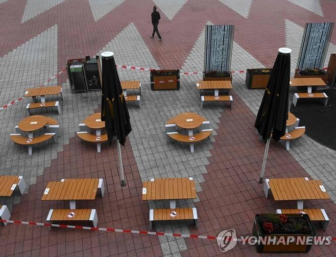 부분 폐쇄령 속 영업이 중단된 뮌헨의 한 레스토랑 야외 테이블 [AFP=연합뉴스]