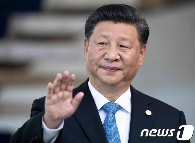 시진핑 중국 국가주석이 14일 (현지시간) 브라질리아에서 열린 브릭스 11차 정상회의 시작 전에 취재진에게 손을 흔들고 있다. © AFP=뉴스1 © News1 우동명 기자