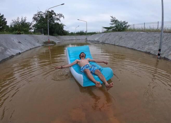 지난달 폭우로 잠겨버린 태국 방콕의 한 마을에 있는 철길 지하차도에서 마을 주민들이 관광명소 흉내 상황극을 벌이고 있다. 재치있는 풍자 사진이 소셜미디어에 돌면서 곧바로 배수 작업이 진행됐다고 방콕포스트는 16일 보도했다. /트위터