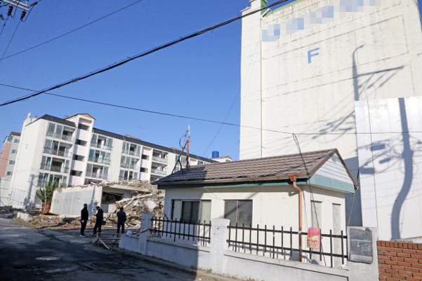 지난 10일 철거를 앞둔 경북 포항시 북구 흥해읍 대성아파트 모습. 사진은 기사 내용과 직접적인 관련이 없음. /연합뉴스