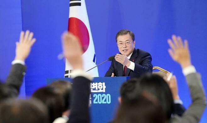 문재인 대통령이 2020년 1월 14일 신년기자회견에서 질문을 받고 있다. 사진=청와대
