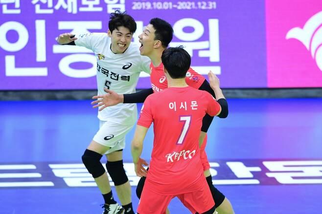 기뻐하는 한국전력 선수들 [한국배구연맹(KOVO) 제공]