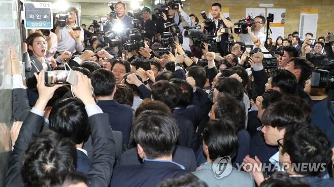 '패트 충돌' 여야의원 28명·황교안 기소 [연합뉴스 자료사진]