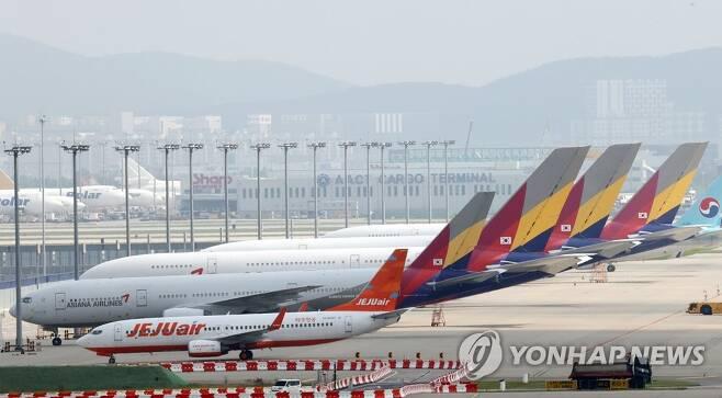 인천국제공항 주기장에 세워진 아시아나항공 여객기들 [연합뉴스 자료사진]