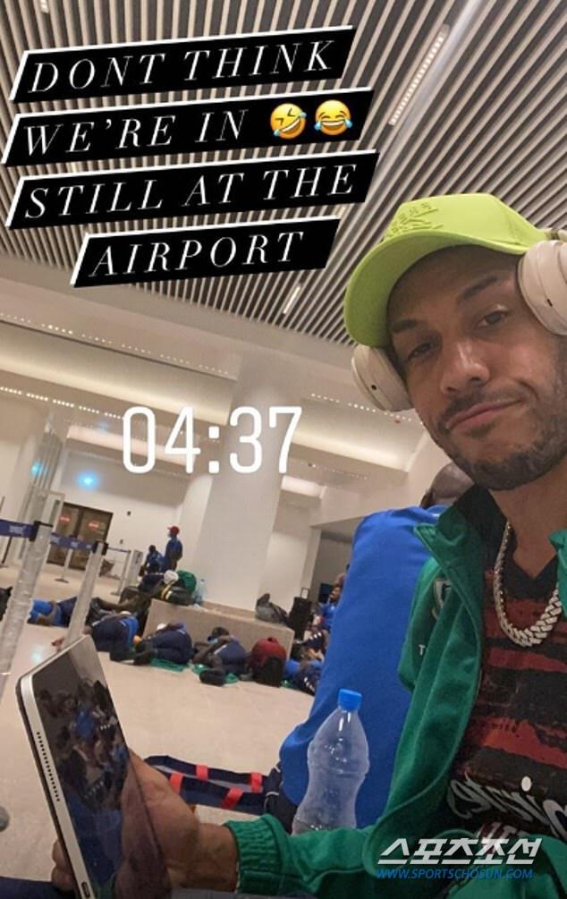 오바메양과 감비아 공항에서 나란히 자고 있는 가봉 대표팀 선수들. 사진출처=데일리 메일