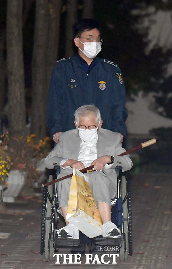 당시 이 총회장은 구치소 직원의 도움을 받아 휠체어를 타고 정문으로 나왔다. 이후 취재진의 질문에 묵묵부답으로 일관하며 자택으로 이동했다.