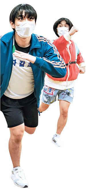 """연극 '발가락 육상천재'의 달리기 경기 장면. 남긍호 움직임 감독은 """"영화에서 배우가 몇 달씩 무술 승마 권투 등을 배우는 것처럼 연극에서도 배우의 몸 훈련이 중요하다""""고 말했다. 국립극단 제공"""