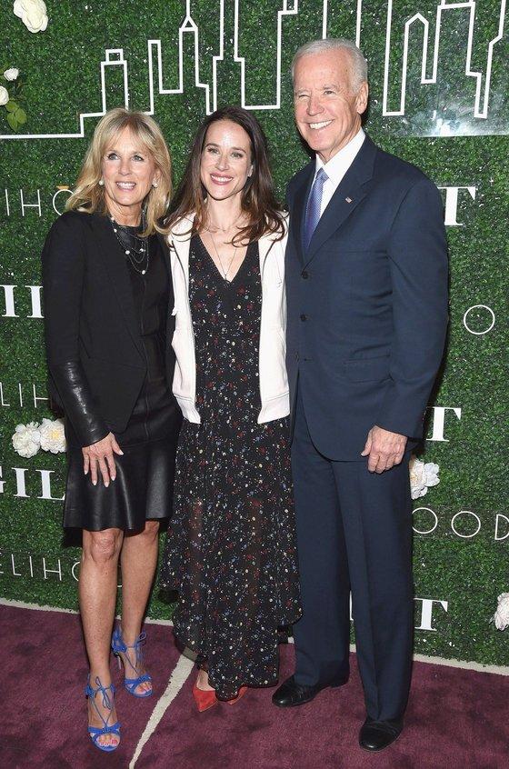 조 바이든 미 대통령 당선인과 아내 질 바이든 여사가 2017년 딸 애슐리 바이든의 패션 브랜드 행사에 참석해 함께 찍은 사진. [트위터 캡처]