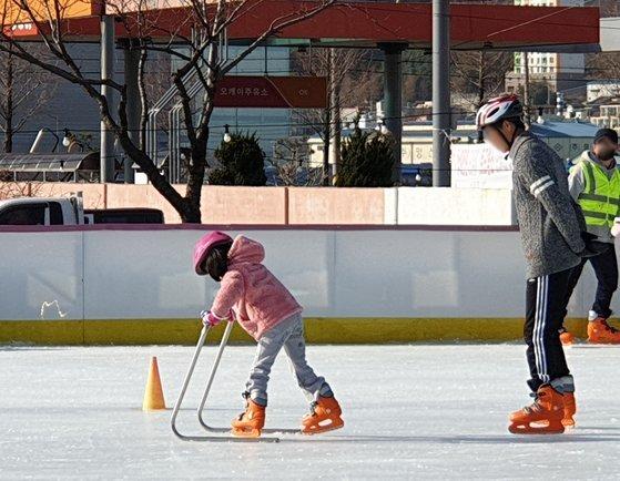 지난 겨울, 막내 딸과 스케이트를 타고 있는 이씨 모습. 이씨 유가족 제공