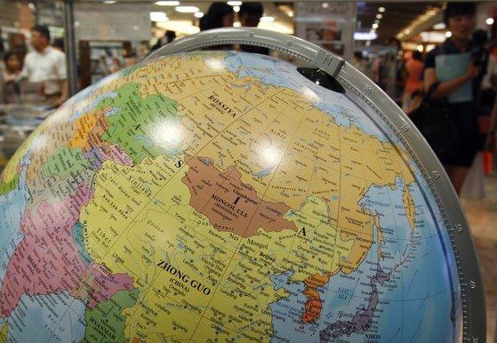 이탈리아의 지구본 제작 기업인 '조폴리 지오그라피카'가 일본해(SEA OF JAPAN)표기를 동해(EAST SEA)로 변경했다. 전 세계 50여 개 지구본 회사 중 유일하게 동해를 단독표기하고 있다. [중앙포토]