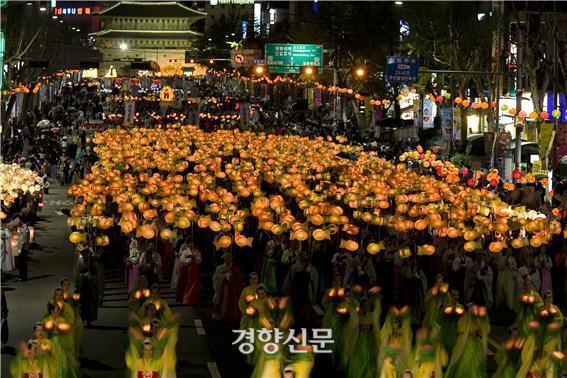 연등회가 유네스코 무형유산 위원회의 심사결과 북한의 조선옷차림과 함께 인류무형유산으로 '등재권고' 판정을 받았다.  문화재청 제공