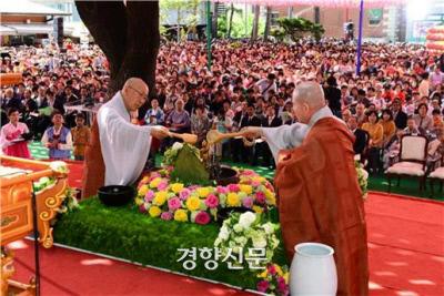 연등회의 관불의식. 연등회는 석가탄신일을 기념하기 위한 종교 행사로 시작되었으나 누구나 참여할 수 있는 대표적인 봄철 축제로 거듭났다. 문화재청 제공