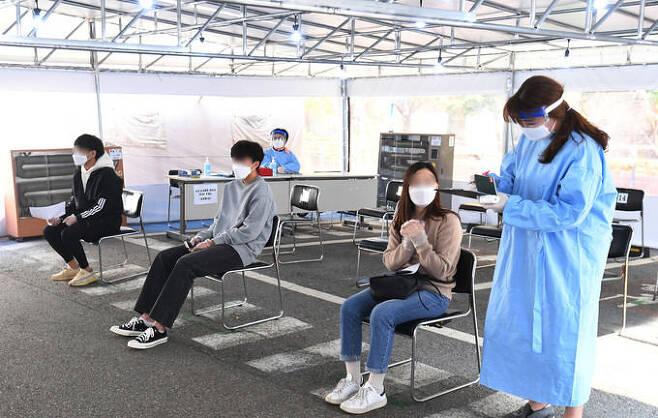 코로나19 일일 신규확진자가 사흘 연속 200명대를 기록한 16일 서울 성동구보건소 선별진료소를 찾은 시민들이 진료 대기를 하고 있다. 이제원 기자