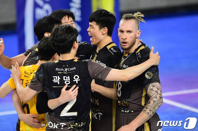 OK금융그룹 선수들이 17일 천안 현대캐피탈전에서 승리한 뒤 기뻐하고 있다. (한국배구연맹 제공) © 뉴스1