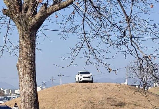 15일 오후 경북 경주시 쪽샘지구 한 고분 위에 주차된 SUV 모습. [인터넷 커뮤니티 '보배드림' 캡쳐]