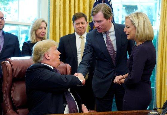 2018년 11월 크렙스 국장과 트럼프 대통령이 백악관에서 만나 악수하고 있다. 로이터통신=연합뉴스