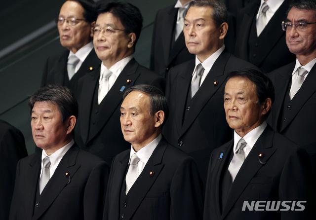 [도쿄=AP/뉴시스]지난 9월 16일 스가 요시히데 일본 총리(앞줄 가운데)가 내각을 출범했다. 도쿄 소재 총리 관저에서 첫 각의(국무회의)를 마친 후 내각 각료들과 기념촬영을 하고 있다. 2020.09.17.