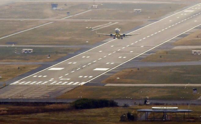 17일 오후 부산 김해국제공항 활주로에서 이륙하는 항공기의 모습. 뉴시스