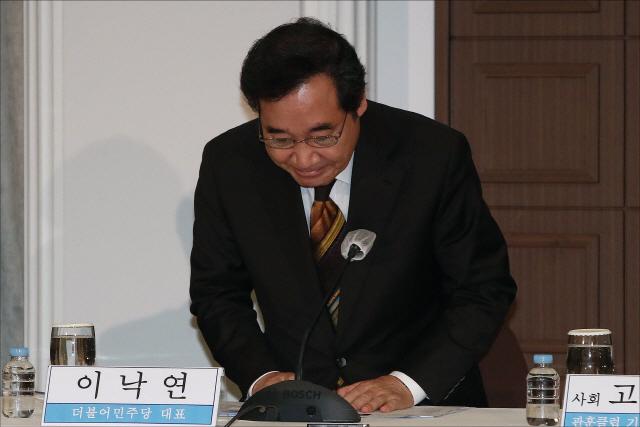 이낙연 더불어민주당 대표가 지난 17일 오전 서울 프레스센터에서 열린 관훈토론회에서 인사하고 있다. /연합뉴스