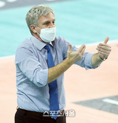 대한항공 산틸리 감독이 8일 인천 계양체육관에서 진행된 한국전력과의 경기에서 심판 판정에 이의를 제기하는 제스처를 취하고있다. 2020.11.05. 김도훈기자 dica@sportsseoul.com