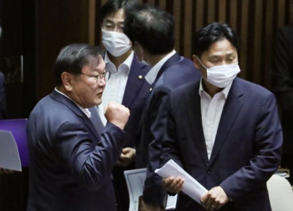 더불어민주당 김태년 원내대표(왼쪽)가 지난 8월 4일 오후 국회에서 본회의 종료 후 주먹을 불끈 쥐고 있다./연합뉴스