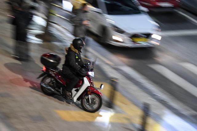 지난 3일 서울 강남구에서 한 오토바이가 인도를 주행하다가 횡단보도를 건너려 하고 있다. 이한호 기자