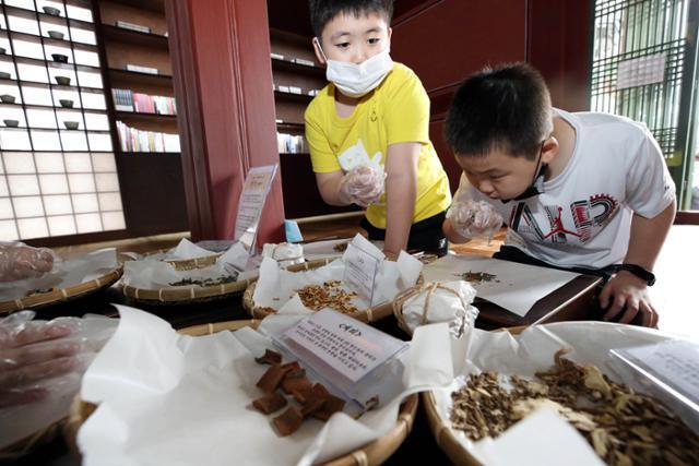 지난달 11일 서울 종로구 창덕궁에서 열린 제6회 궁중문화축전에 참여한 어린이들이 한방향첩과 한방차 티백 만들기 체험을 하고 있다. 뉴스1