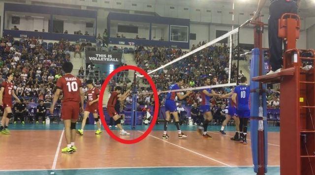 [사진]자신의 블로킹을 통과해 상대가 득점을 올리자 실망해 네트에 체중을 실어 잡아 당기는 빨간 유니폼의 8번 선수. 국제배구연맹 제공