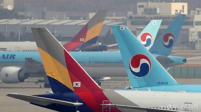 [인천공항=뉴시스] 박미소 기자 = 한진그룹의 아시아나항공 인수가 결정된 가운데 17일 오전 인천국제공항 계류장에서 대한항공과 아시아나항공 여객기가 계류되어 있다.2020.11.17.    misocamera@newsis.com